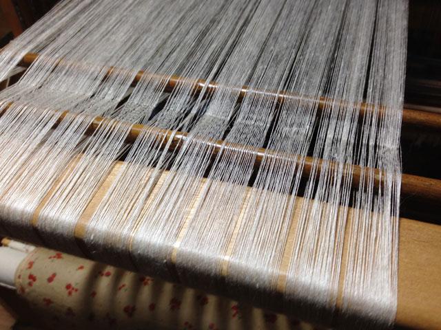 織機にセットされた縦糸