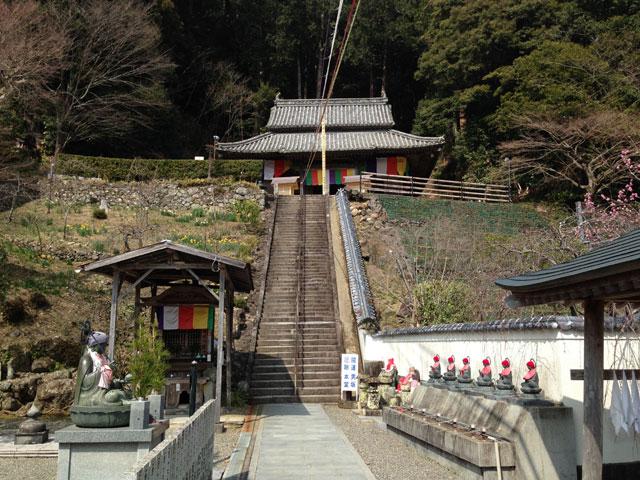 徳島・平等寺(弘法の霊水と本堂への階段)