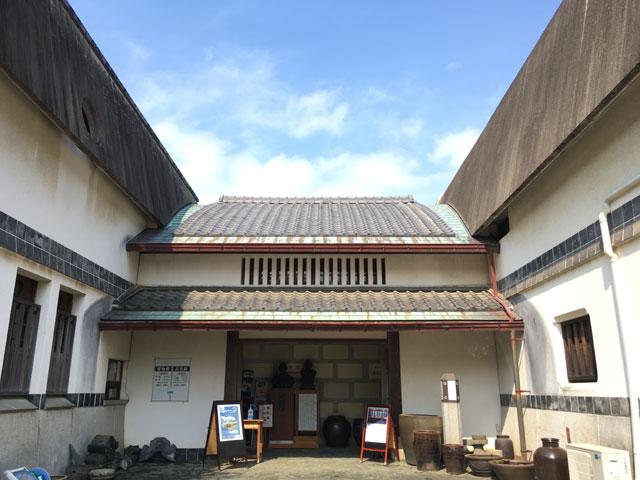 愛媛民芸館(玄関)左側:西条郷土博物館、右側:愛媛民芸館
