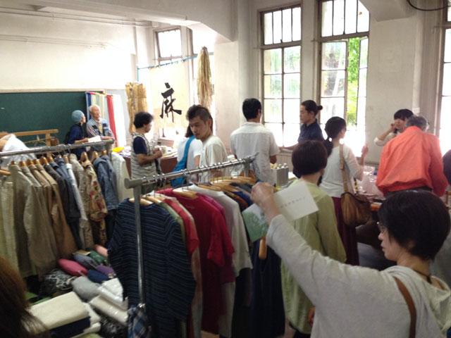 こちらでは服の販売。