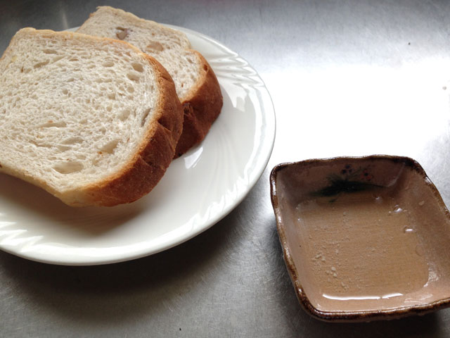 パンにヘンプオイルをつけて食べる