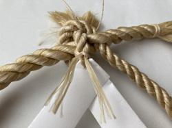紙垂に穴をあけ、精麻を用いて取り付ける例