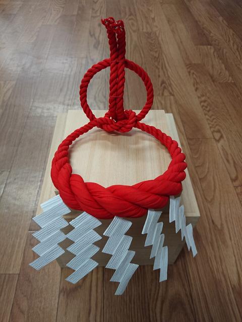 還暦土俵入りの綱(赤色)を再現した「横綱ミニチュア」。