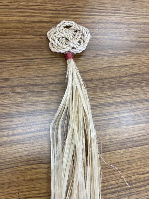 二重梅結びの精麻飾りが完成。茜染めの結びがアクセントに。
